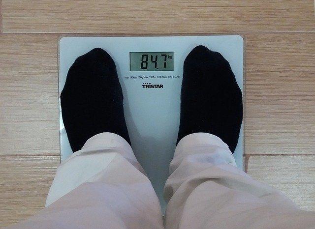体重計とそれに乗る人