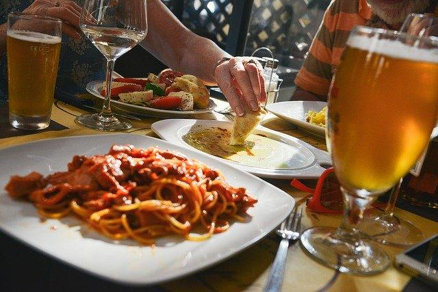 テーブルの上に料理とグラスに入った飲み物