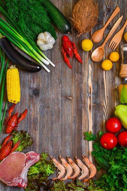 色とりどりの食材が板の上に並んでいる