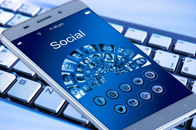 「Social」の文字が表示されたスマートフォン