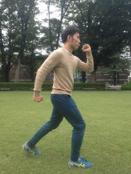 手と足を大きく動かす早歩きのフォーム