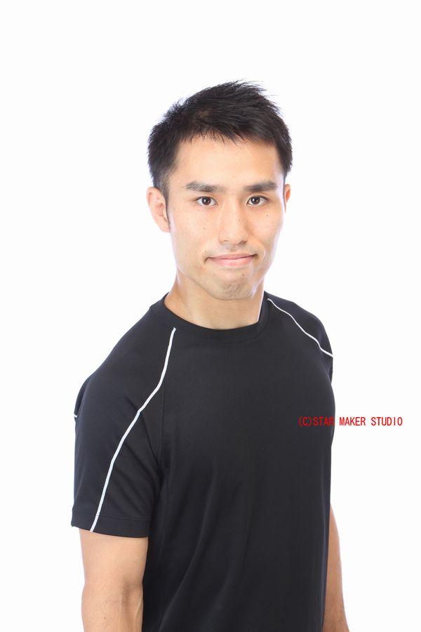 黒いTシャツを着ている男性