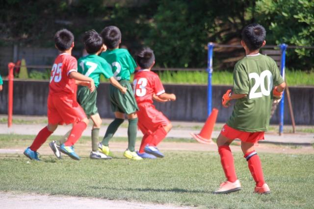 サッカーする少年たち