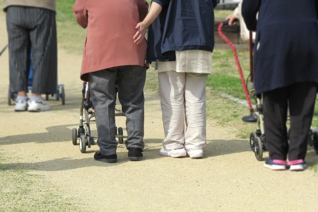 ヘルパーさんに介護される女性高齢者