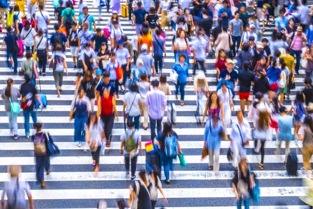 横断歩道を渡る沢山の人