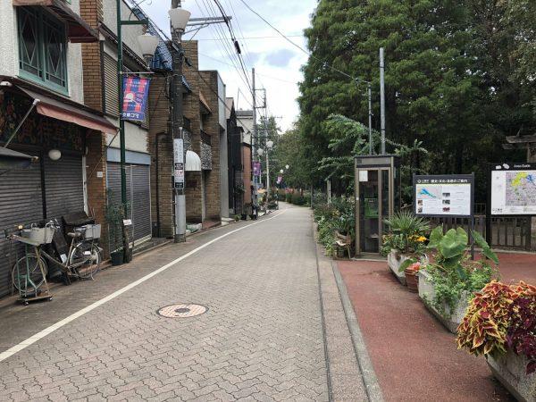井の頭公園駅入り口横の道