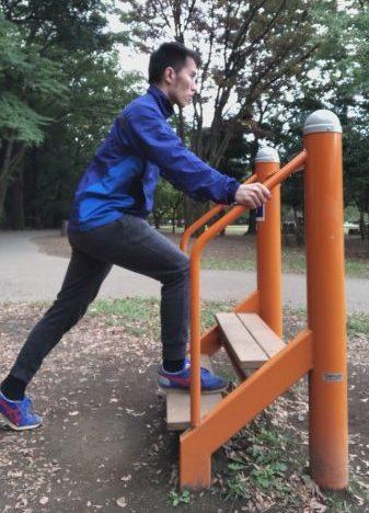 右足を階段に載せ、左足を後ろに引いている姿勢