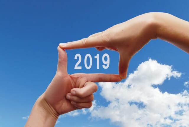 2019の文字を人差し指と親指で囲む図
