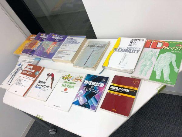 机の上に並ぶトレーニングの専門書