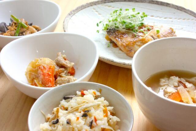 焼き魚と混ぜご飯と豚汁と小鉢2品