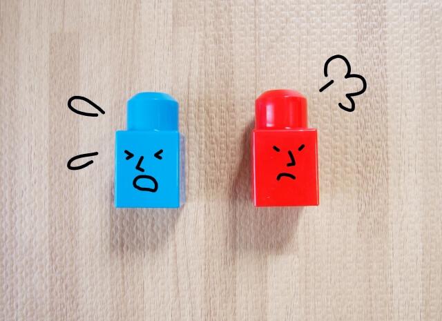 顔文字付きの赤と青のブロック