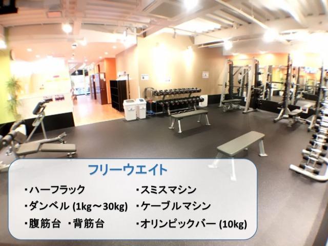 床の上に置いてある複数台のトレーニングマシン