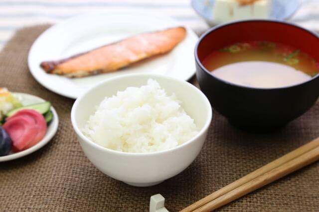 白いご飯とみそ汁と焼き鮭と漬物と冷奴
