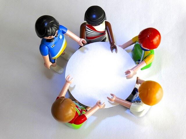 机を囲む5体の人形