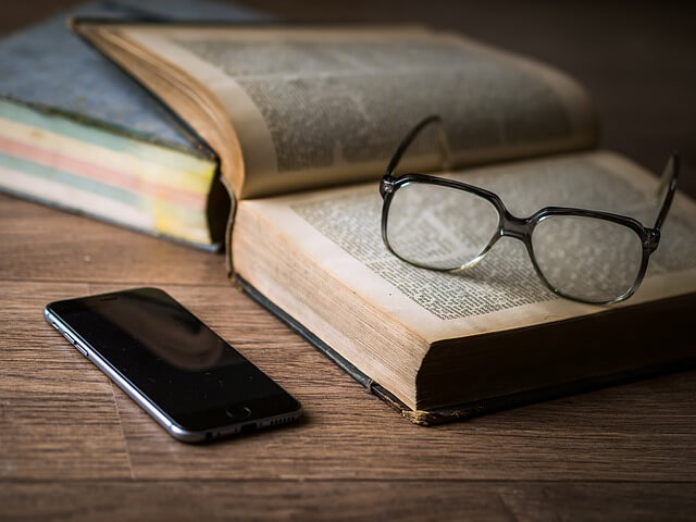 本とメガネとスマホ