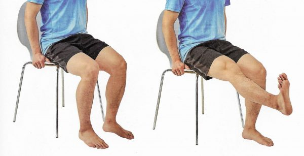右には椅子に座りながら膝を伸ばす人 左には椅子に座る人