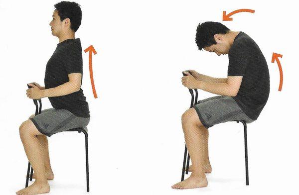 椅子に座り首を上下させる男性