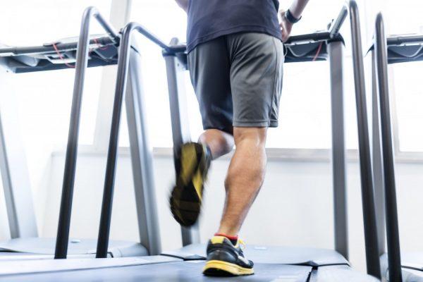 ランニングマシンを走る男性の足