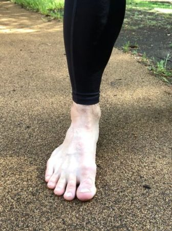 足裏が地面についている裸足