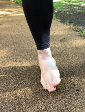 足の側面が地面についている裸足