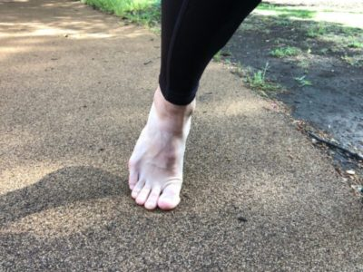 つま先立ちで地面についている裸足