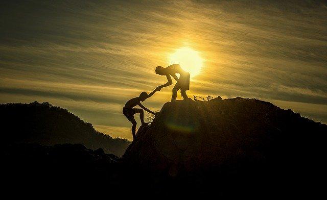 登山中の人に手を差し伸べる