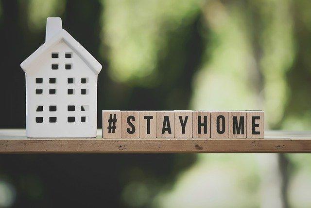 「#STAYHOME」の文字と家の模型