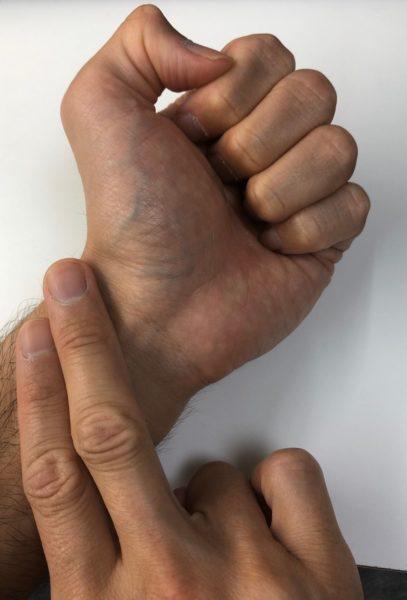 人差し指と真ん中指で脈拍を数える