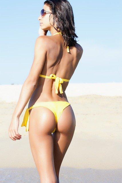 黄色のビキニを着た女性