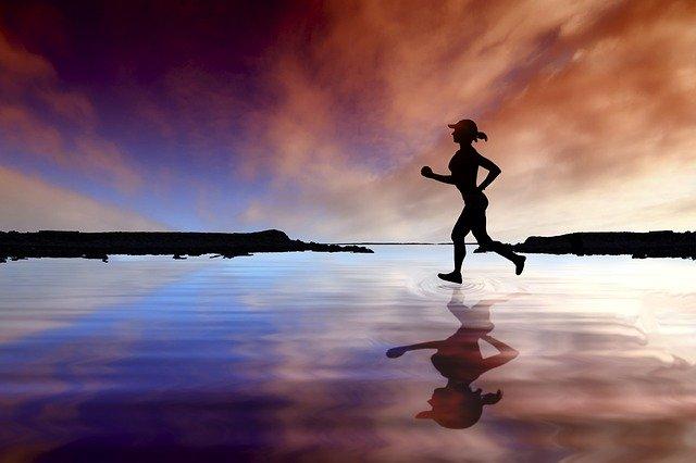 湖の上を走る女性