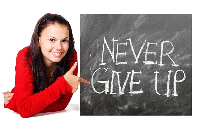 NEVER GIVE UPの文字と女性