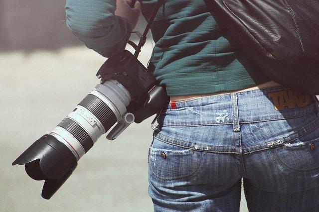 ジーンズをはいた人のお尻とカメラ