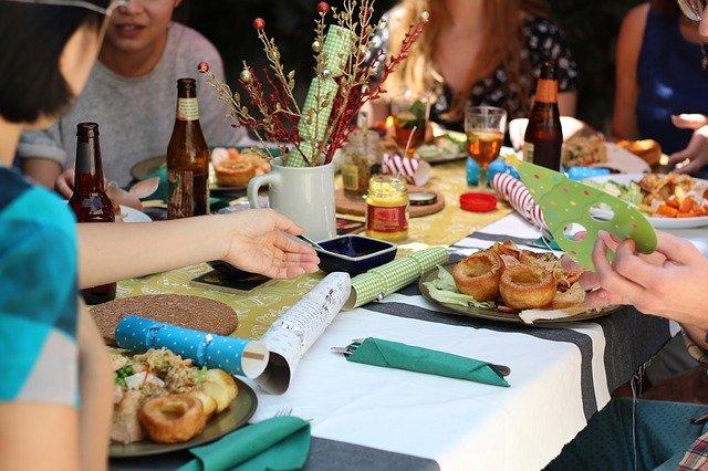 テーブルの上に食事が並んでいる
