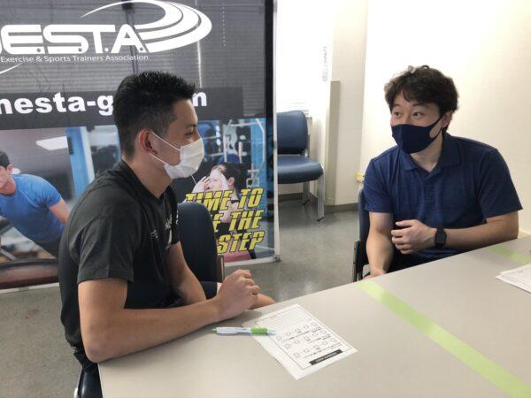 マスク姿の男性2人
