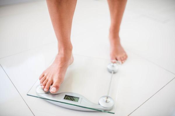 体重計と人の足