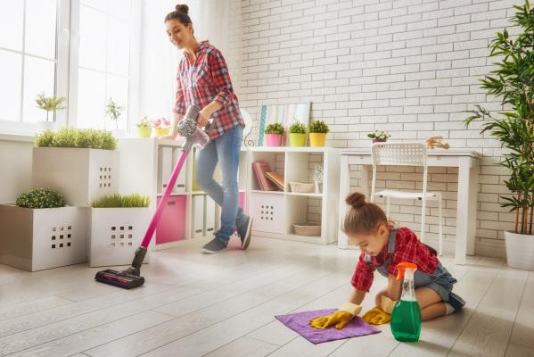 掃除機をかける女性と雑巾がけする子供